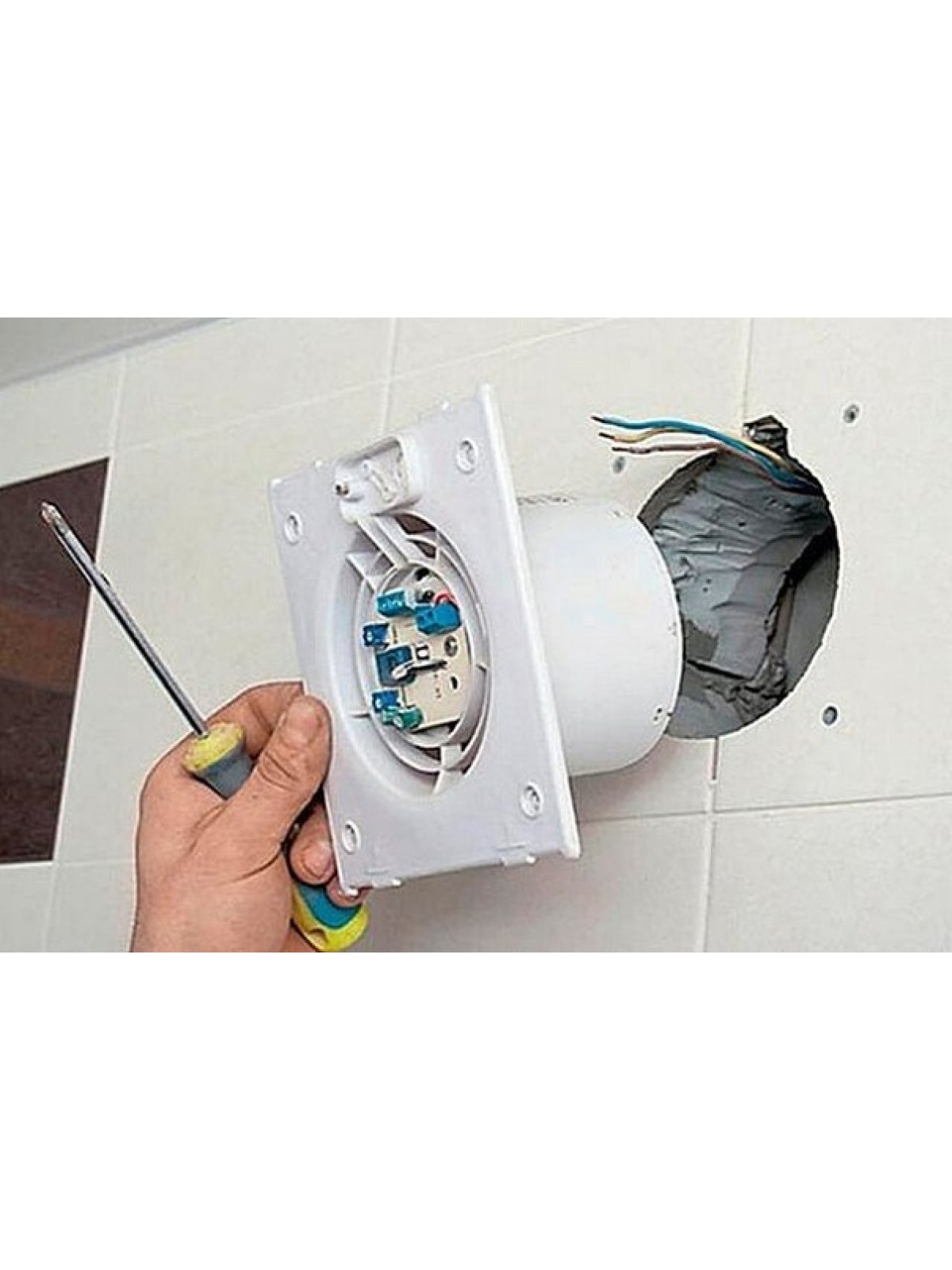 Установка бытового настенного вентилятора в вентиляционную шахту, без прокладки кабеля электропитания