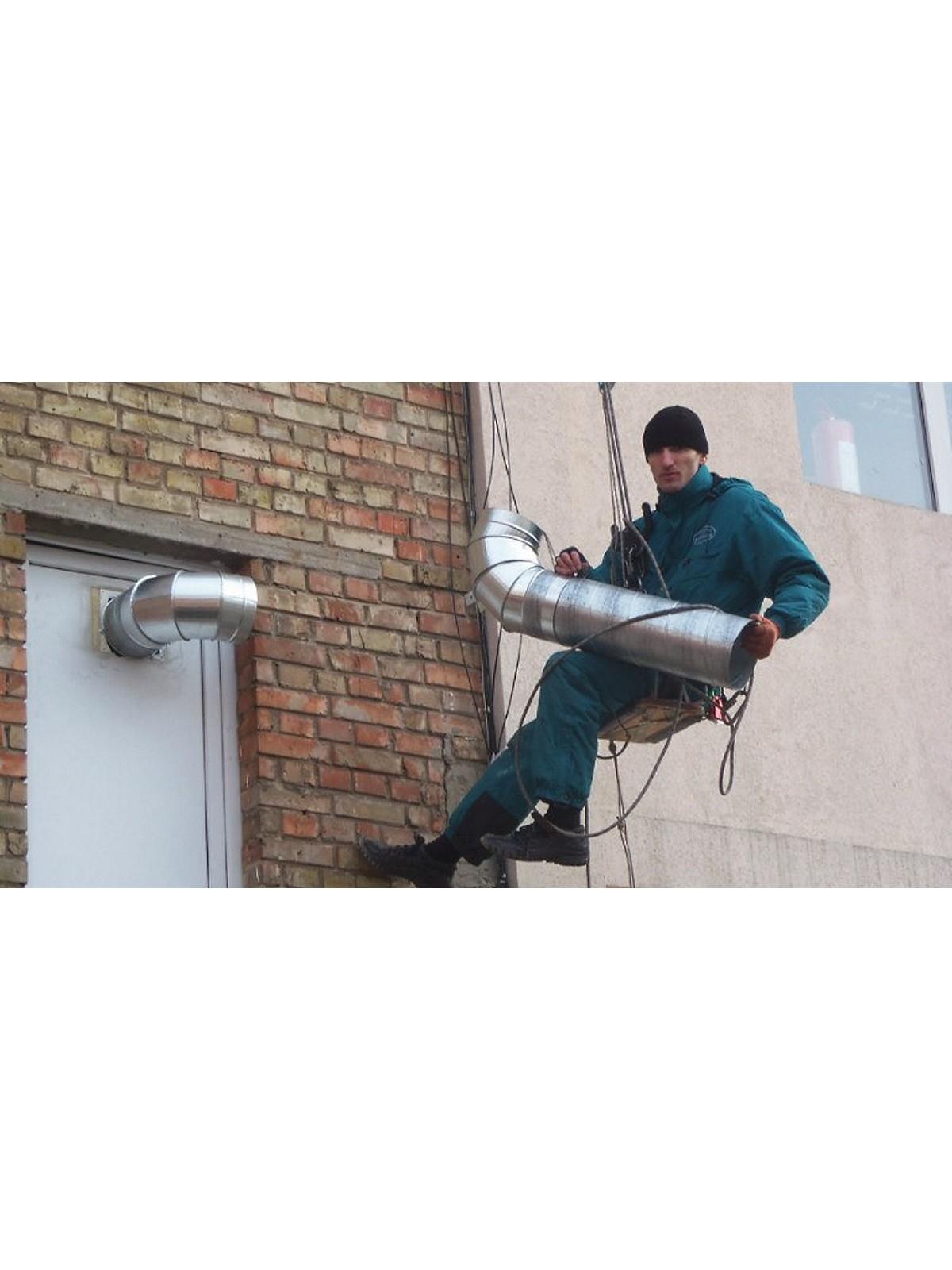 Работа альпиниста при монтаже систем вентиляции